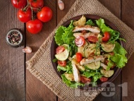 Свежа зелена салата с пилешко филе на тиган, тиквички, маруля и рукола
